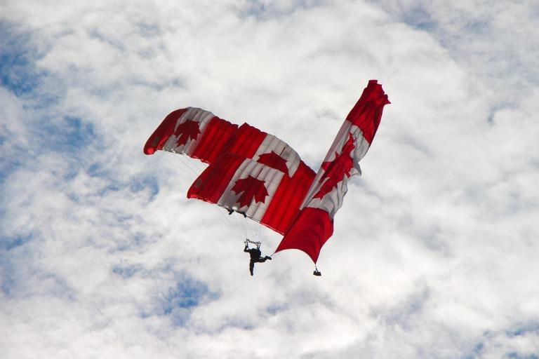 skydivers-1531972_1920